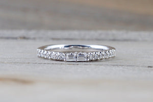18kt White Gold Round Brilliant And Baguette Cut Diamond Ring