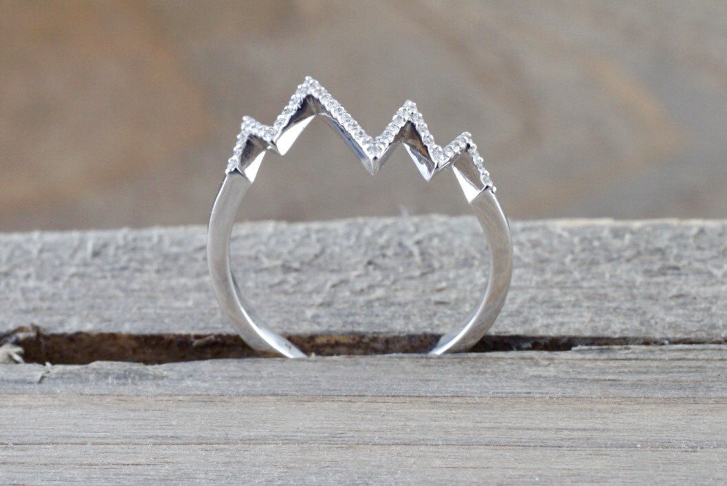 18 karat White Gold Diamond Heart Beat Row Zig Zag Ring Band