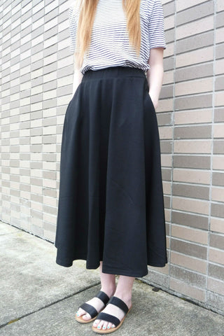 Loose pocket skirt close up
