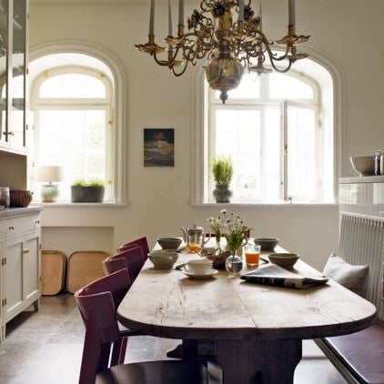 lustre and oval dining table in a modern farmhouse kitchen