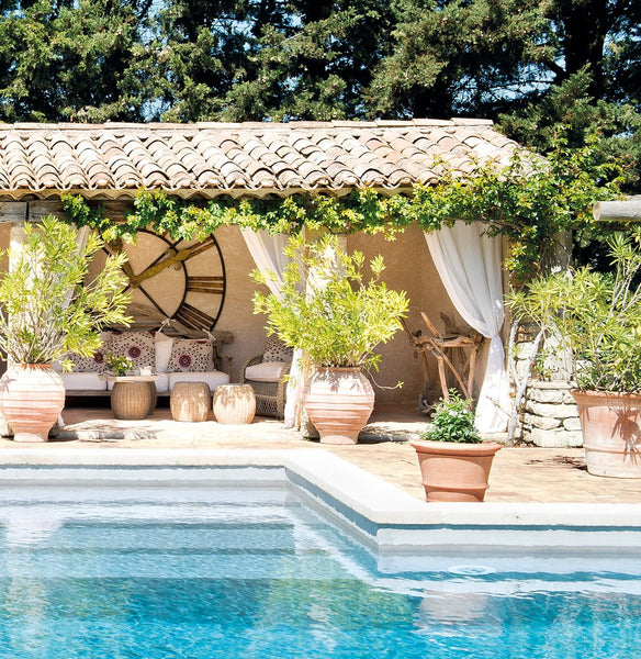 This blissful farmhouse retreat perfectly embodies the for Piscina en el jardin