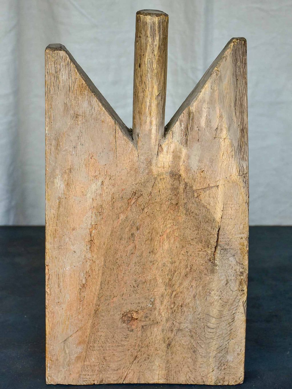 Antique French cutting board with pointed shoulders 17 ¾''