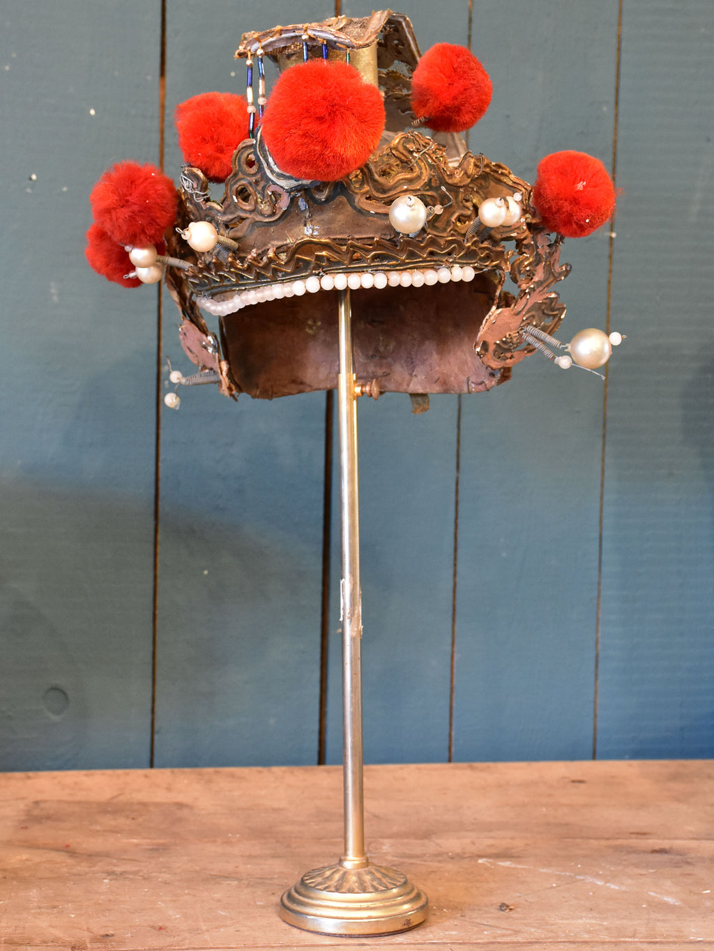 Theatre hat with stand from the Opéra de Pékin