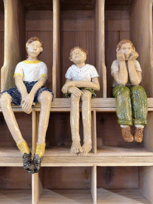 """œLes enfants français""? sitting sculptures"