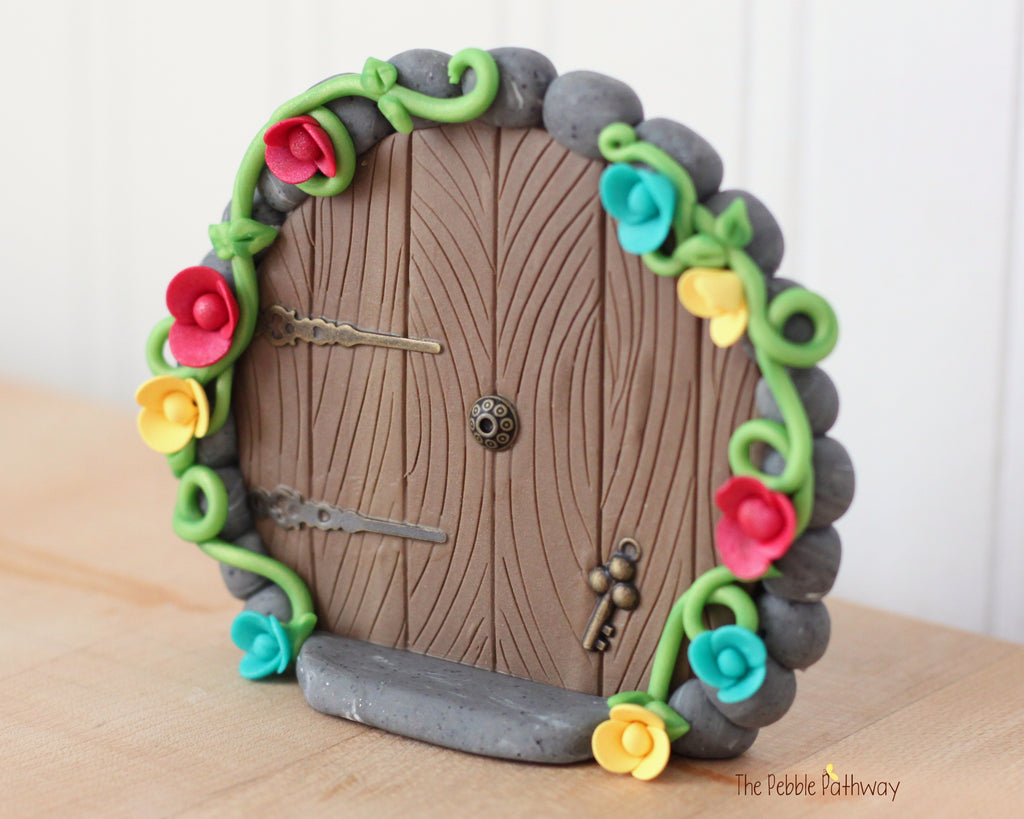 Round fairy door that stands on it's own with key and flowers 0609 - ThePebblePathway