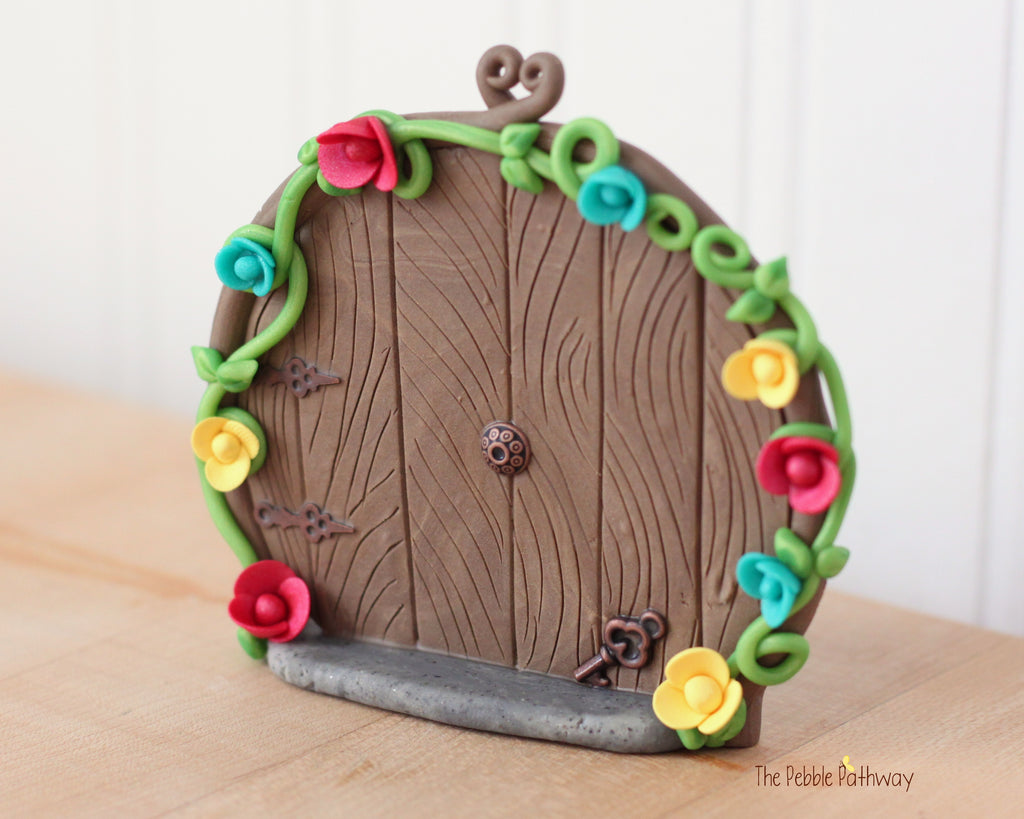 Round fairy door that stands on it's own with key and flowers 0610 - ThePebblePathway