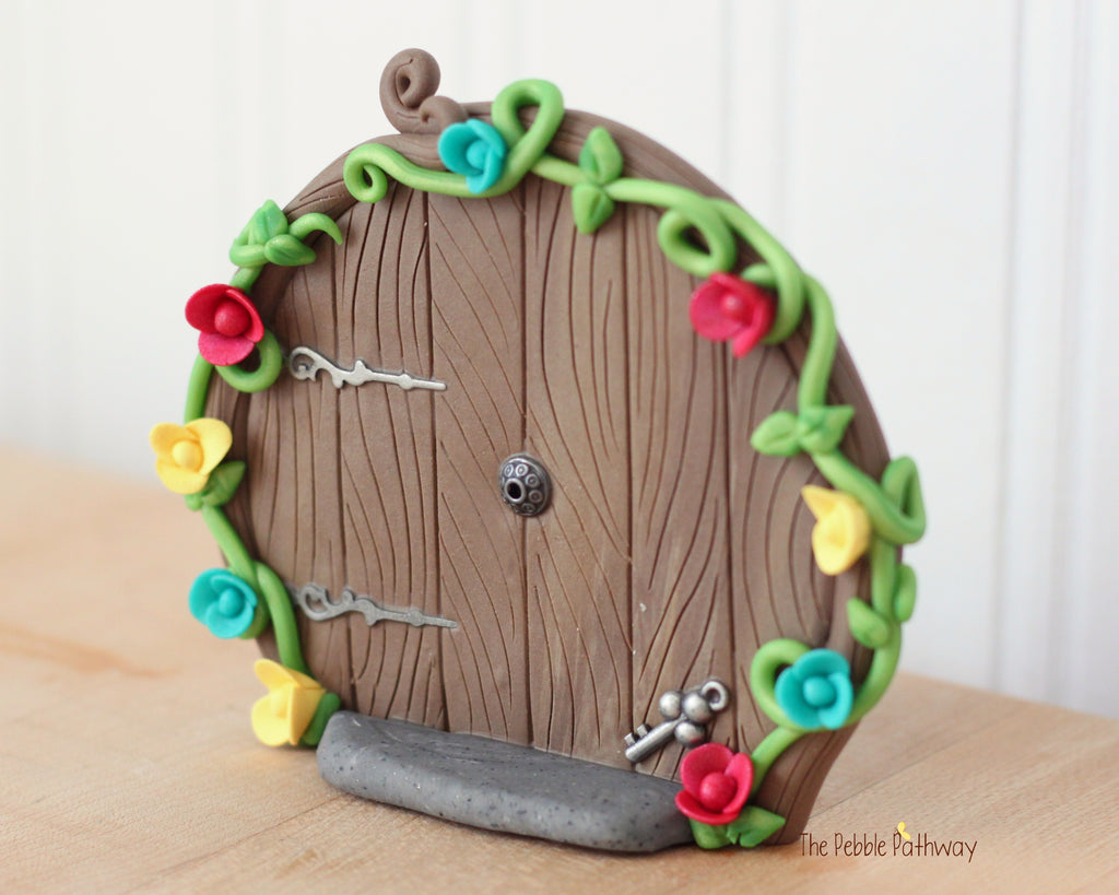 Round fairy door that stands on it's own with key and flowers 0611 - ThePebblePathway