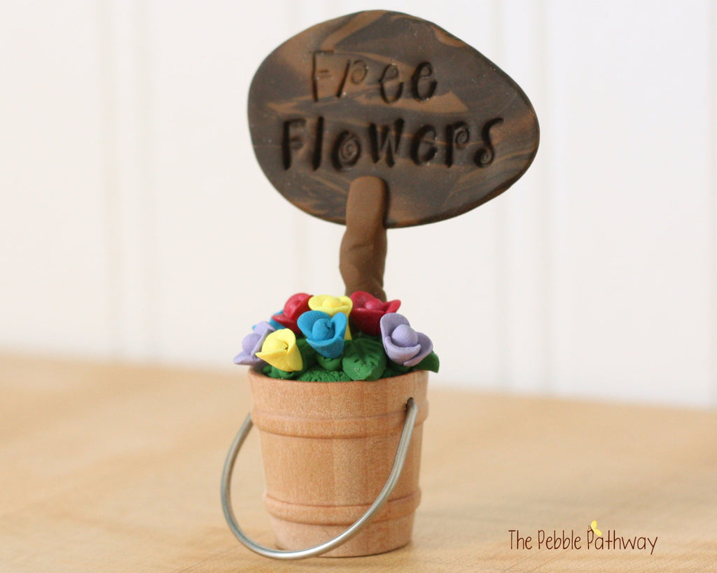 Free Flowers Sign with Bucket of Flowers - Miniature Fairy Garden Accessory - Terrarium decoration 0502
