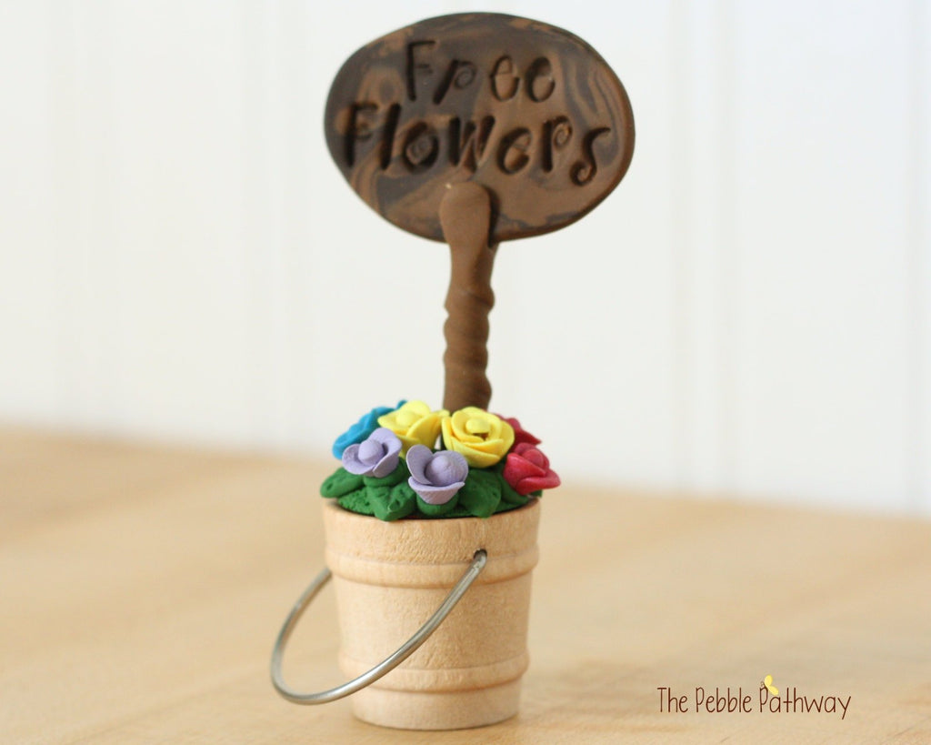 Free Flowers Sign with Bucket of Flowers - Miniature Fairy Garden Accessory - Terrarium decoration 0503