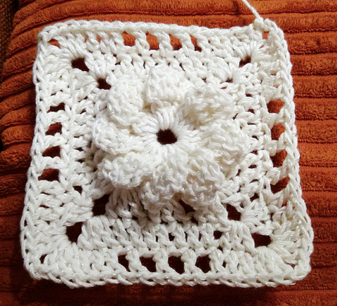 Flower square in white yarn