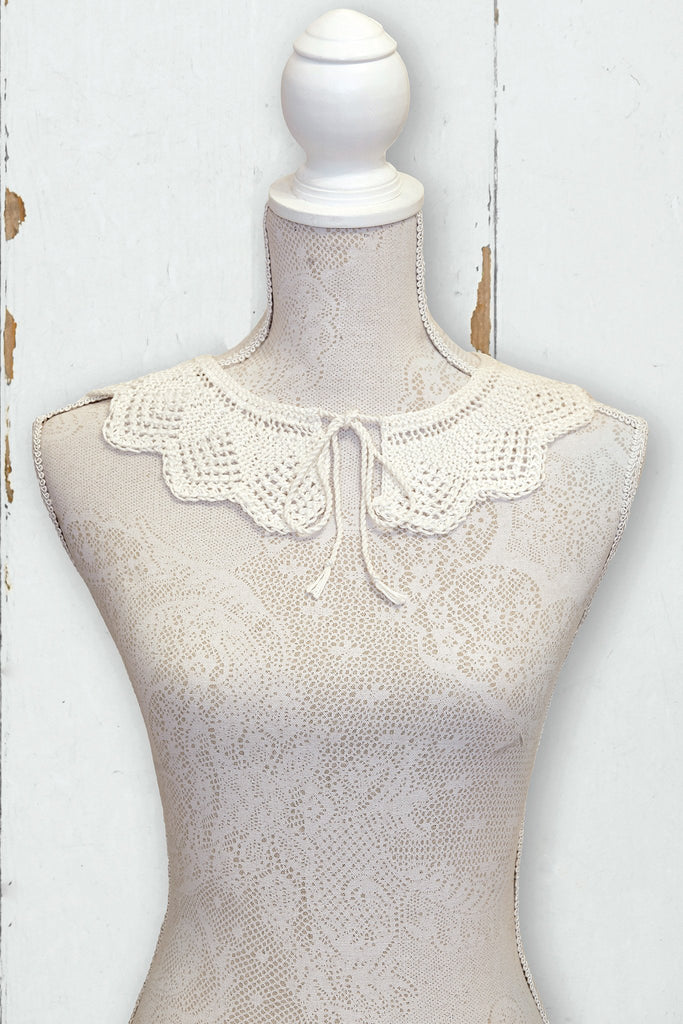 Knitted cream retro scalloped collar with tie fastening