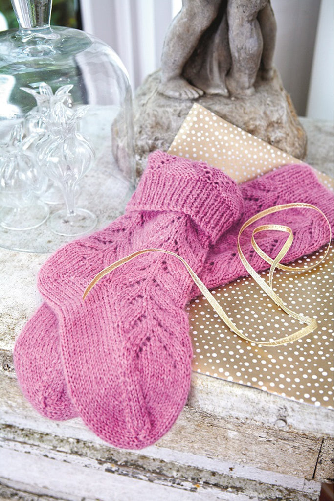 Knitted socks with lace stitch in soft pink with ribbed tops