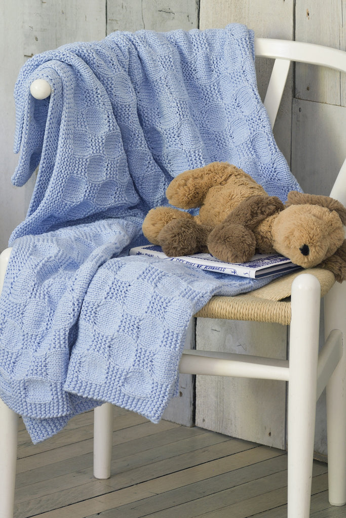 Textured knitted blanket for babies in a soft blue colour