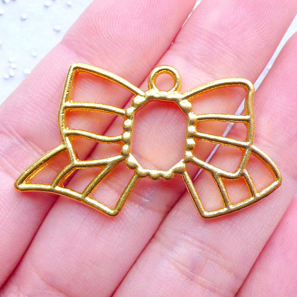 Striped Ribbon Open Bezel Pendant | Kawaii Resin Jewellery Making | Outlined Ribbon Charm | Deco Frame for UV Resin Crafts (1 piece / Gold / 39mm x 23mm)