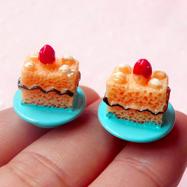 Miniature Dessert Cabochon / Strawberry Cake with Plate Cabochons (2pcs / 16mm x 18mm / 3D) Dollhouse Sweets Jewelry Novelty Decoden FCAB190