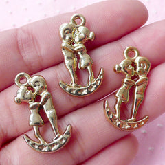 Boyfriend Girlfriend Charms (3pcs / 20mm x 31mm / Gold / 2 Sided) Valentines Day Jewellery Wedding Decoration Couple Kissing Charm CHM1731