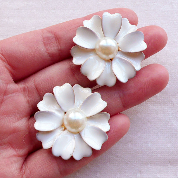 White Flower Cabochon with Pearl / Light Weight Metal Cabochon (2pcs / 32mm) Hair Bow Centers Floral Decoden Spring Jewellery Making CAB550