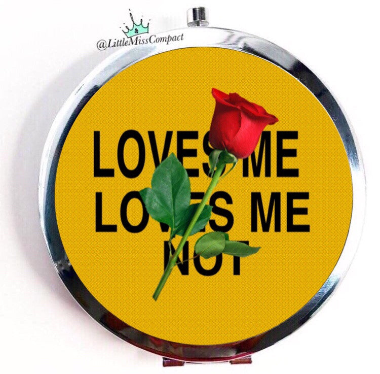 Loves me, loves me not - Little Miss Compact
