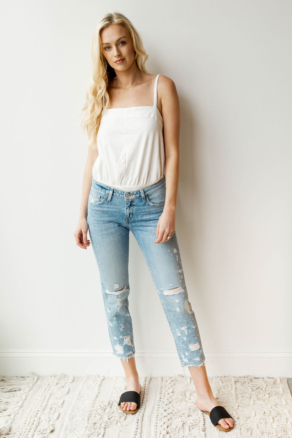 mode, dremeled boyfriend jeans