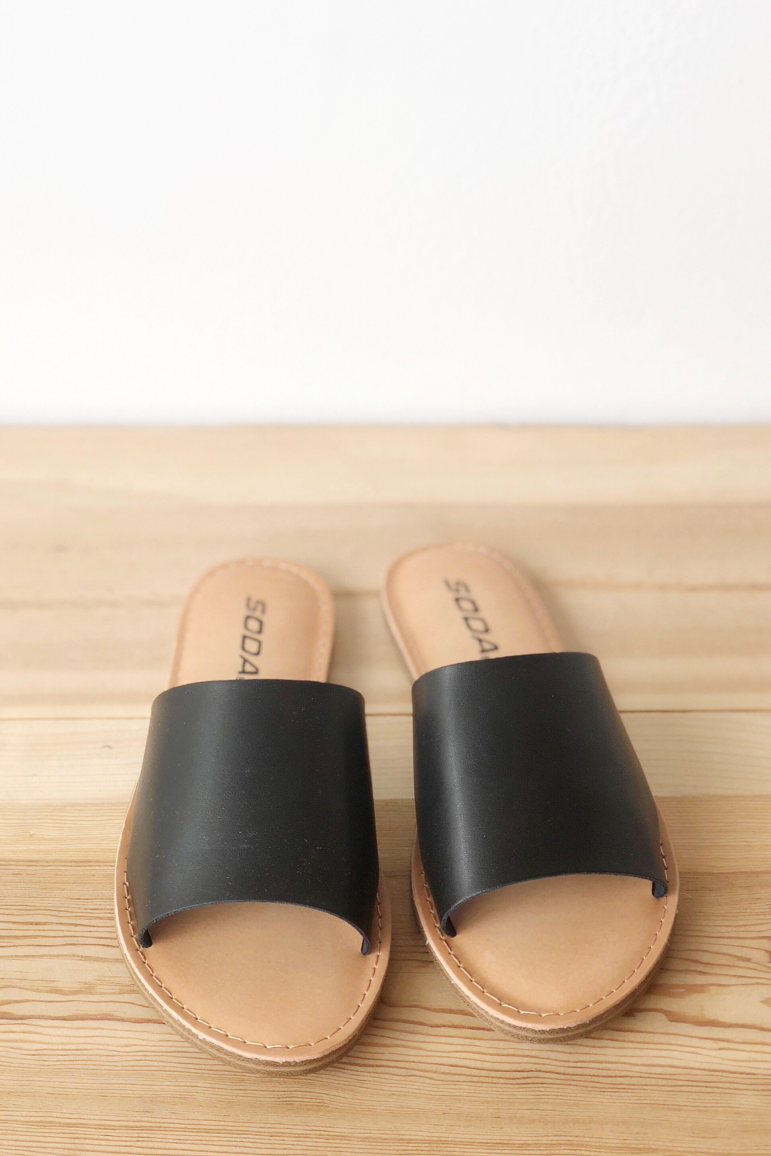 mode, Humble heart sandals