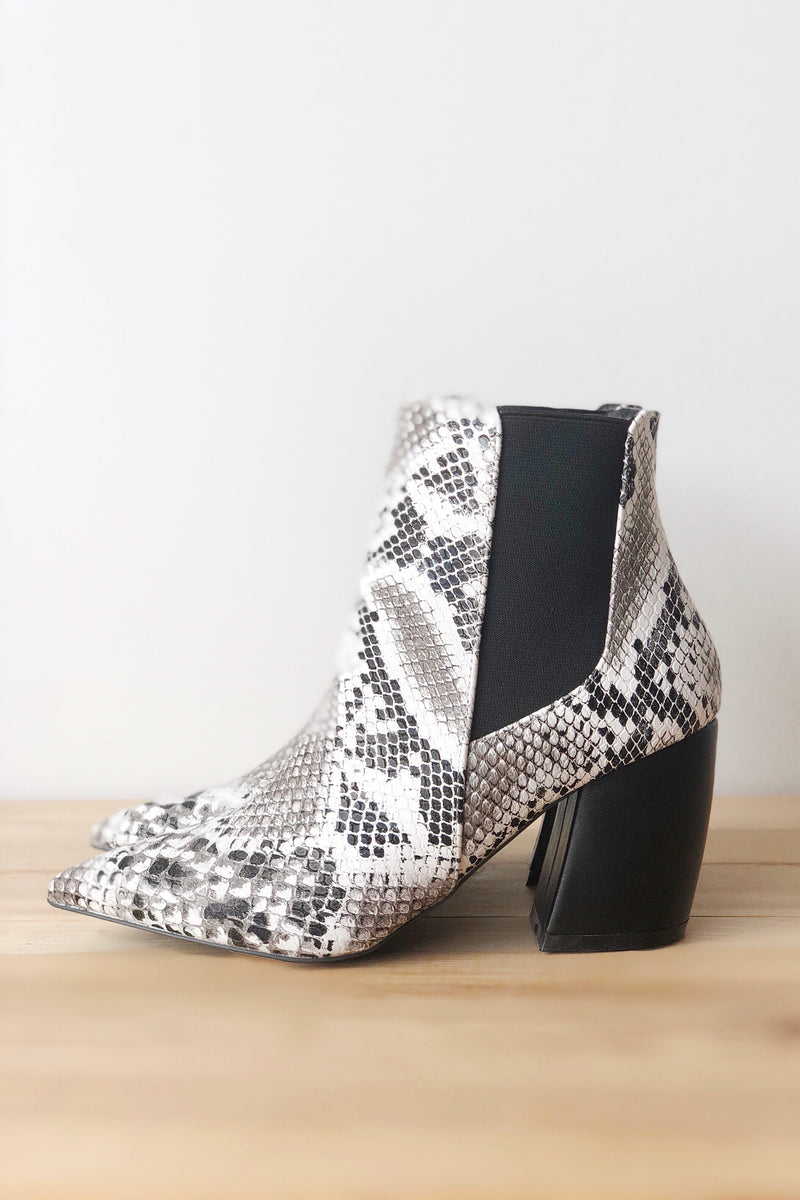 mode, Joyful pointed toe bootie