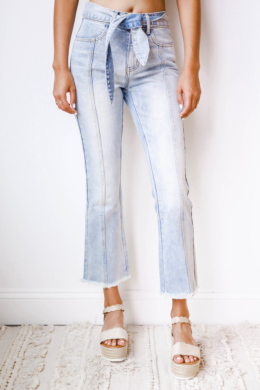 mode, cropped, frayed edge denim w/ tie