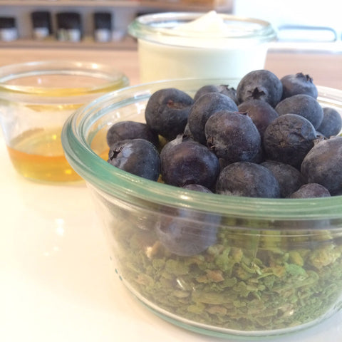 EAT IN : Comins Matcha GRANOLA with yoghurt & blueberries [to eat in]