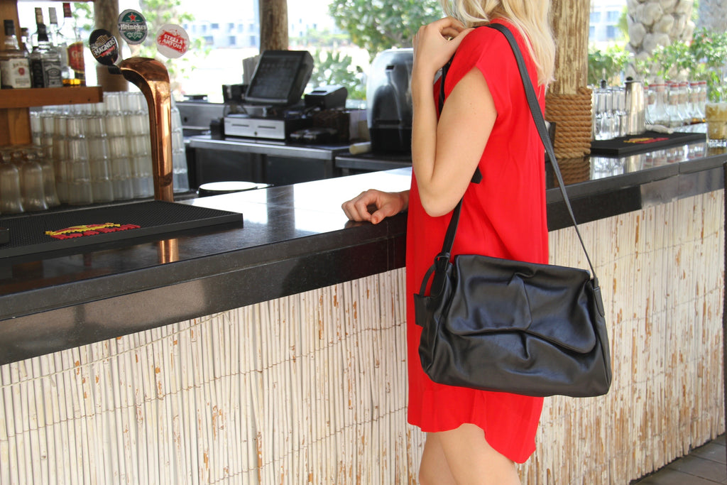 Sui Midi messenger hand bag in black leather
