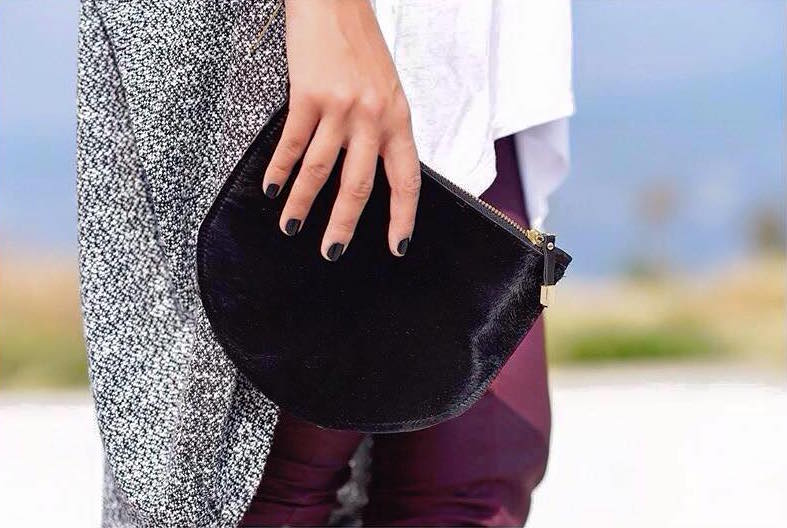 Black clutch bag in pony skin with a loop handle