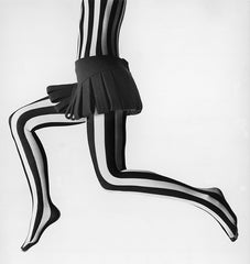"Photographie de Peter Knapp ""Collants Pierre Cardin N°2""  Collection Haute Couture"