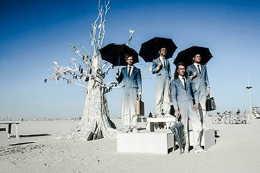 "Photographie d'Eric Bouvet ""Men and umbrellas"" Série Burning Man, 2016"