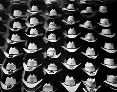 "Série Attractions Américaines ""Floating Cowboy hats"" photographie de Nicolas Auvray"