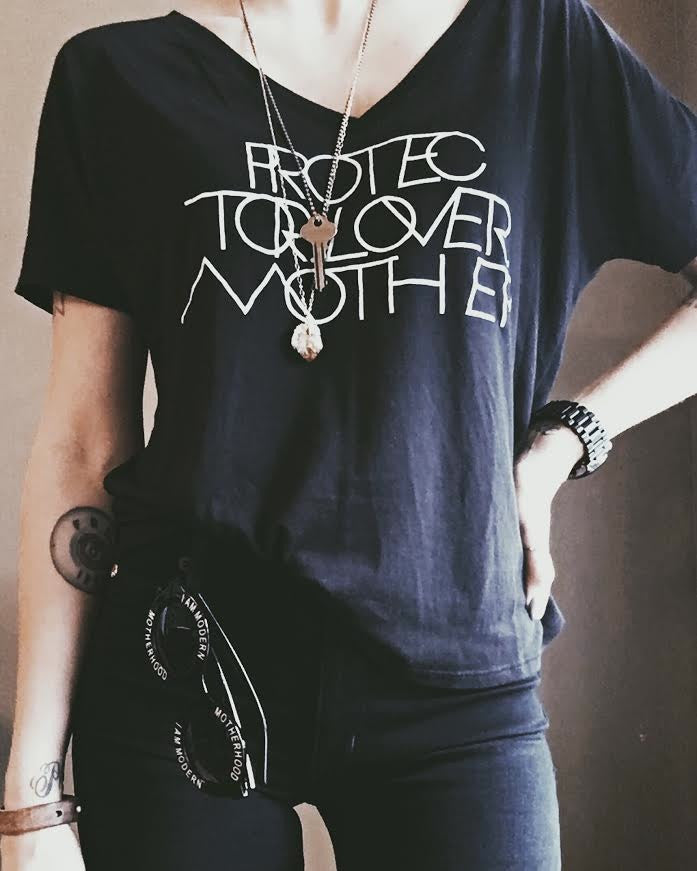 INTERLOCK PROTECTOR LOVER MOTHER® | BLACK VNECK TEE