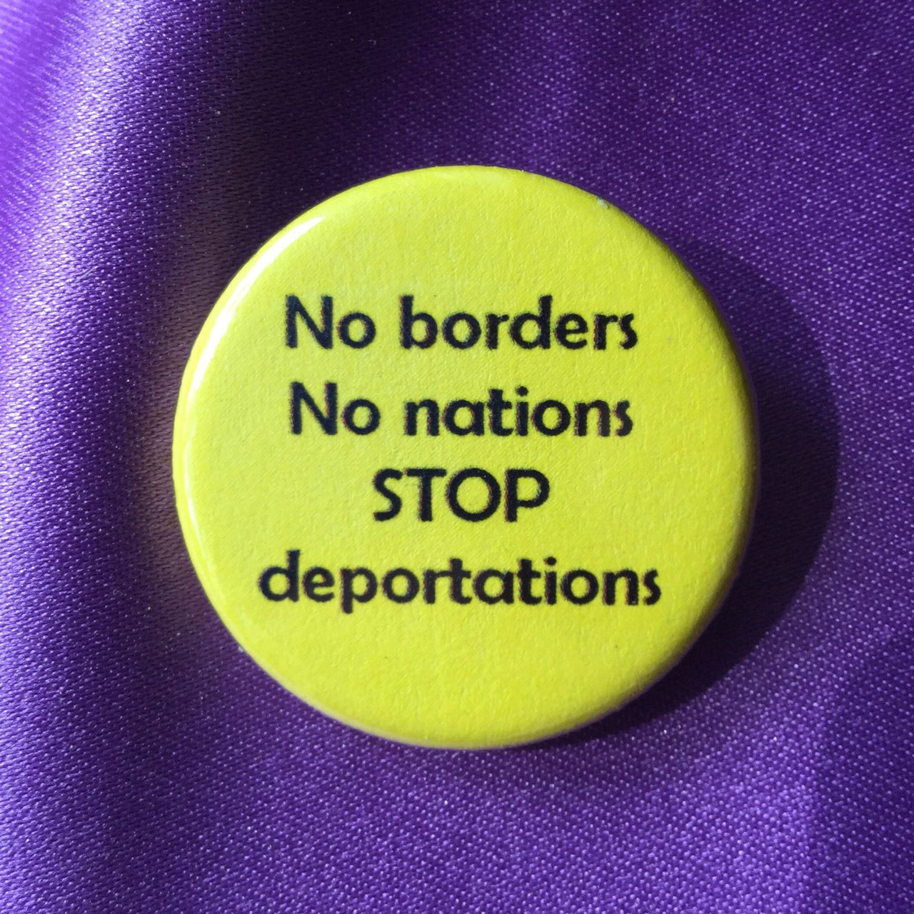 No borders no nations stop deportations - Radical Buttons