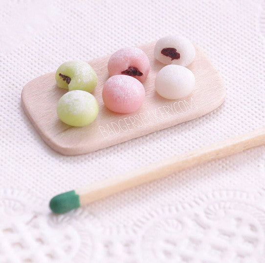 miniature dollhouse mochi cakes