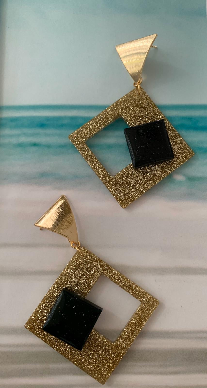 Resina square black & gold earrings