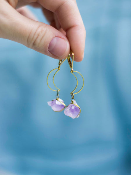 Magia crescent moon brass boho earrings with raw amethyst crystals - MoonDome - 5