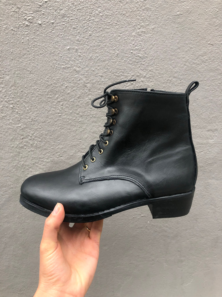 Barbara boot in black