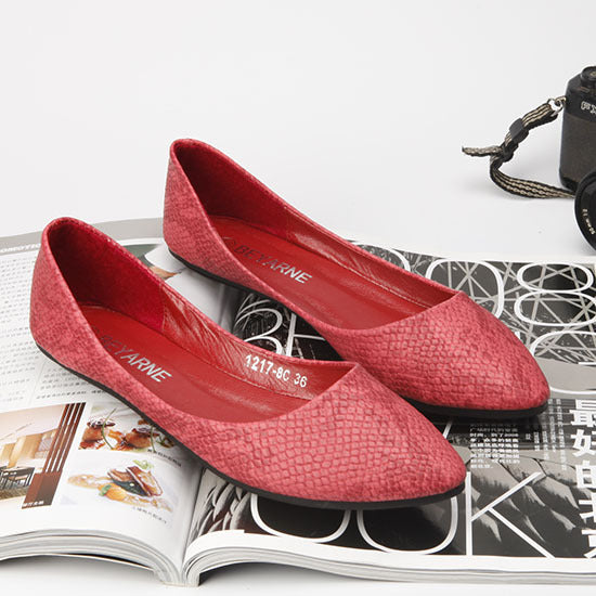 Women Serpentine Pattern Embossed Pointed Flat Shoes