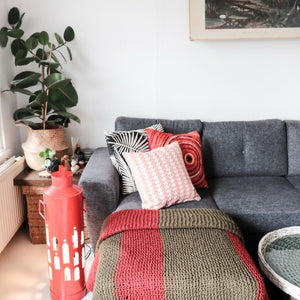 Soulstores red & coral living room. Create your little bohemia and a taste of wanderlust. Contemporary Indian design for your interior & living room. Bring out your colourful rebel