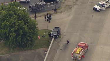 Police: 1 dead in single-vehicle accident in South Houston