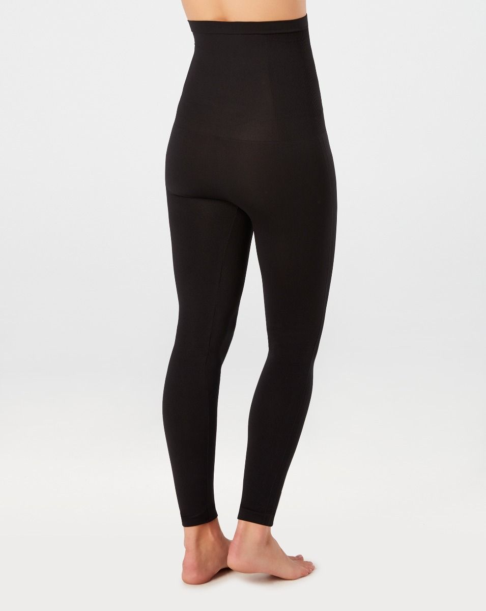 Model wearing black, slimming and seamless leggings in knit material. View from back.