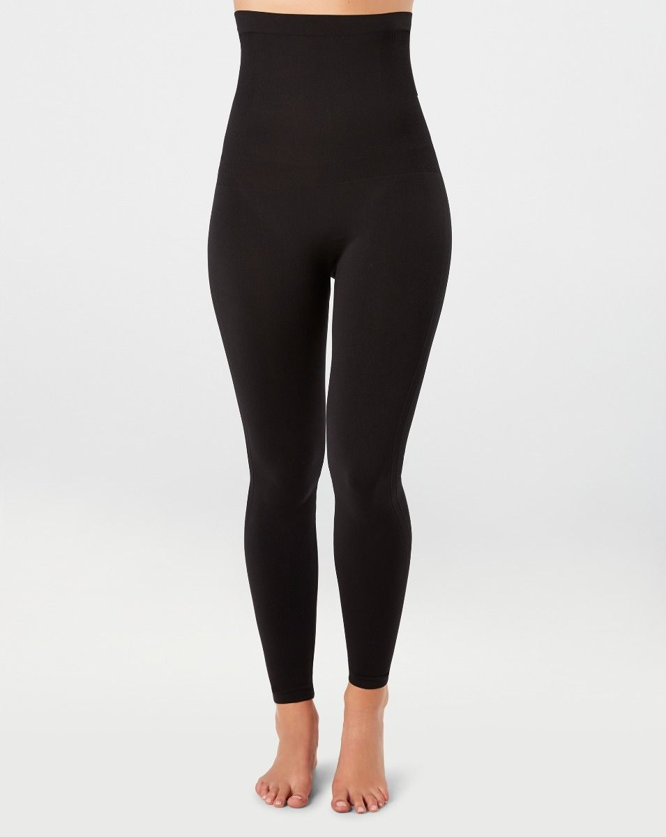 Model wearing black, slimming and seamless leggings in knit material.