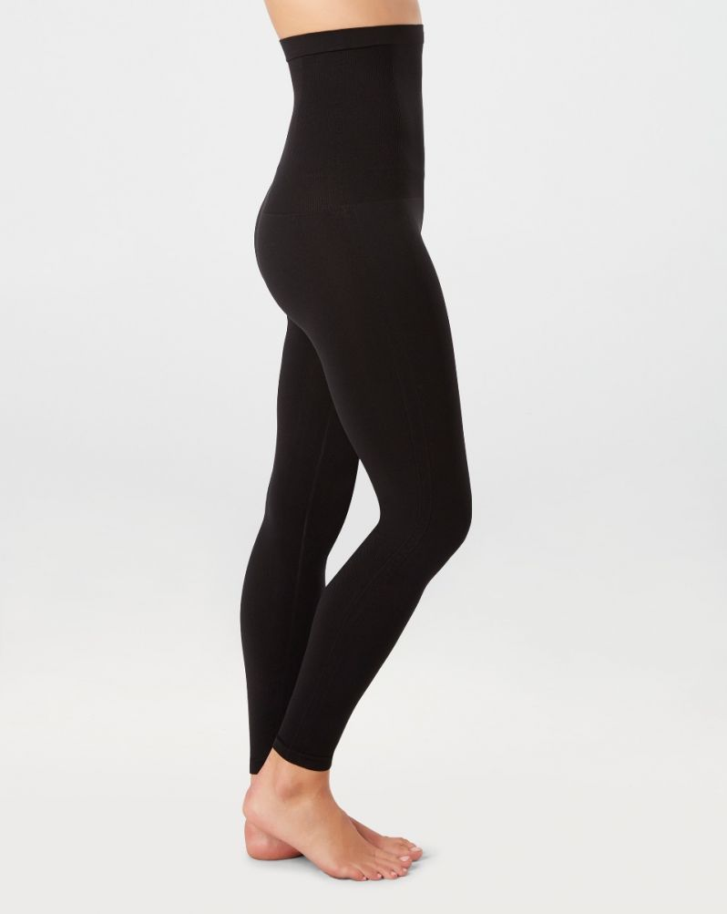 Model wearing black, slimming and seamless leggings in knit material. View from side.
