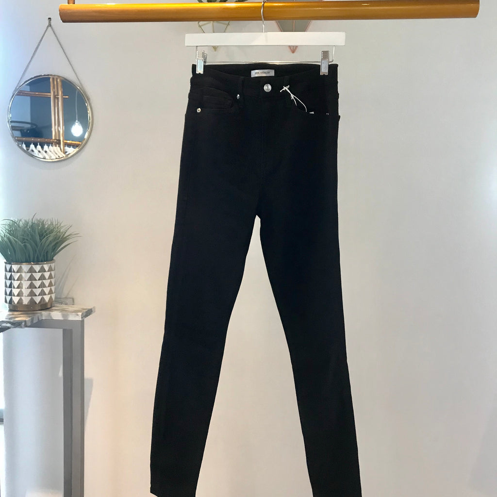 UNIKONCEPT Lifestyle boutique: Image shows the Good Waist jeans in a black denim by Good American. These solid black skinny jeans are super high waisted and provide a comfortable full length fit. The Good Waist denim is made for accentuating a smaller waist and a shapely bum.