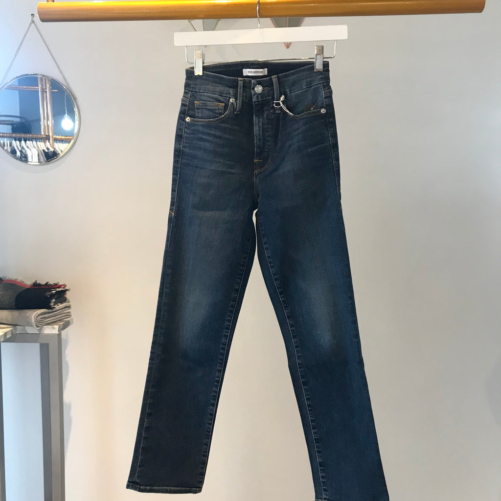 UNIKONCEPT Lifestyle boutique: Image shows the Good Straight jean in a dark blue denim by Good American. These jeans are a highwaisted straight leg ankle length fit. The denim is slightly acid washed to add dimenshion. Good Straight jeans accentuate your curves giving you a shapely bum.