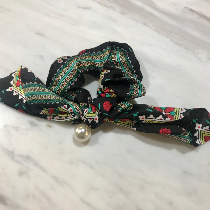 Hair Scrunchie w pearl  - Traditional black & red floral
