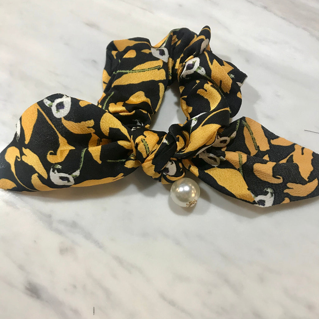 Hair Scrunchie w pearl  - Black & Yellow floral