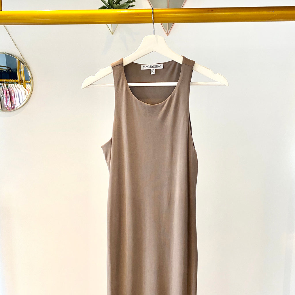 UNIKONCEPT Lifestyle boutique: The image shows the Body Sculpted Midi Dress by Good American. This midi dress is tank styled, sleeveless and a cool taupe colour. It is extremely fitted to hug your curves perfectly and features a subtle ribbed detailing.