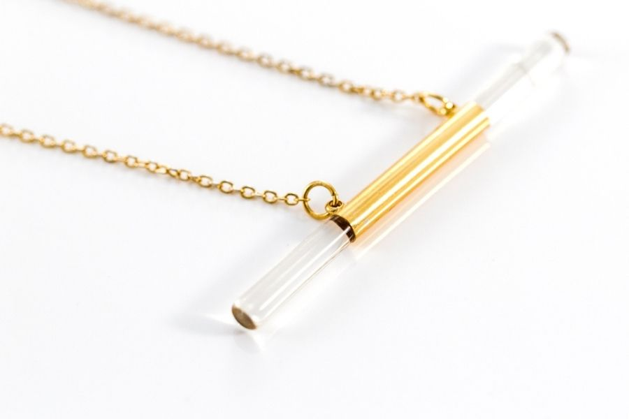 Uniquely styled bar necklace with gold and glass
